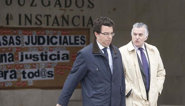 El extesorero del PP, Luis Bárcenas (d), acompañado por su abogado, Alfonso Trallero (i), a su salida de los juzgados de Plaza de Castilla.