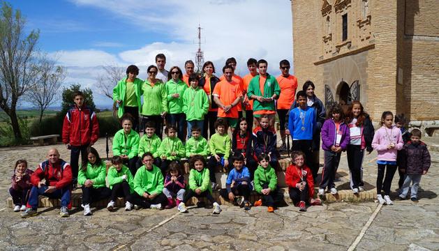 Los primeros clasificados de cada categoría posaron juntos ante la ermita del Yugo tras la entrega de trofeos.