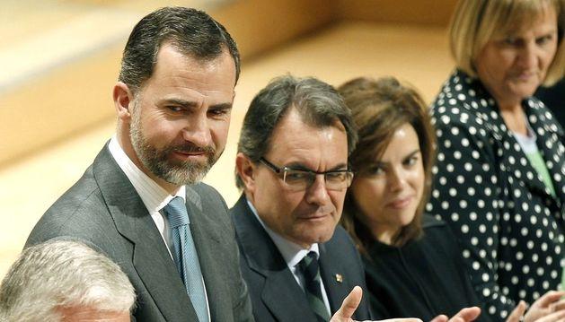 El Príncipe Felipe junto a Gonzalo Moliner (i); Artur Mas (3d);  Soraya Sáenz de Santamaría y Núria de Gispert