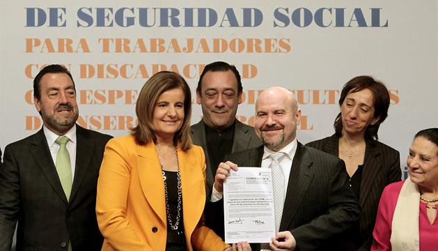 Fátima Báñez (2i), junto al presidente del CERMI, Luis Cayo Pérez (3d), durante la presentación del convenio