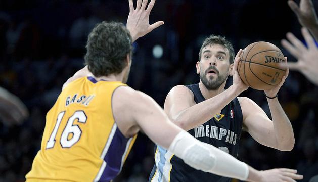Los hermanos Gasol, durante el enfretamiento entre Lakers y Grizzlies