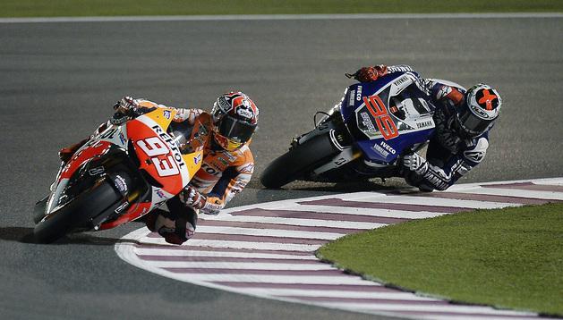 El piloto español de MotoGP Marc Márquez (i), del equipo Repsol Honda, rueda por delante de Jorge Lorenzo (Yamaha Factory), durante la segunda jornada de entrenamientos para el Gran Premio de Catar