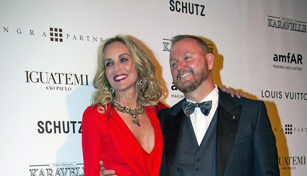 La actriz estadounidense Sharon Stone, y el director ejecutivo de la ONG amFAR, Kevin Forst, posan a su llegada a la gala anual Inspiración de amfAR a favor de la lucha contra el VIH