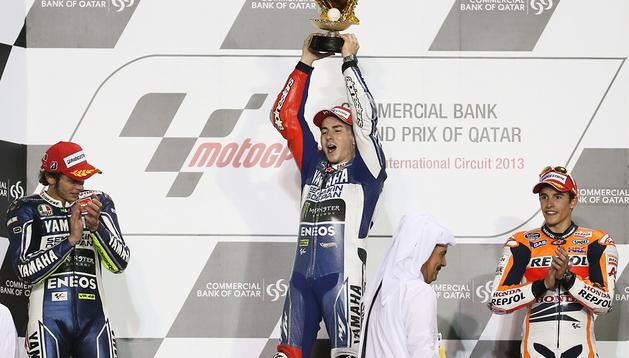 Podio del Gran Premio de Catar de MotoGP con Jorge Lorenzo primero, Valentino Rossi segundo y Marc Márquez tercero