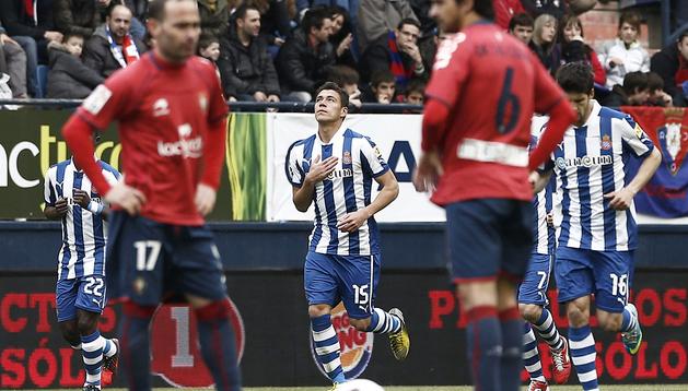 El jugador del Espanyol Héctor Moreno (c) celebra el gol conseguido ante Osasuna en el partido de la trigésima jornada de la Primera División de la Liga disputado en el Estadio Reyno de Navarra en Pamplona