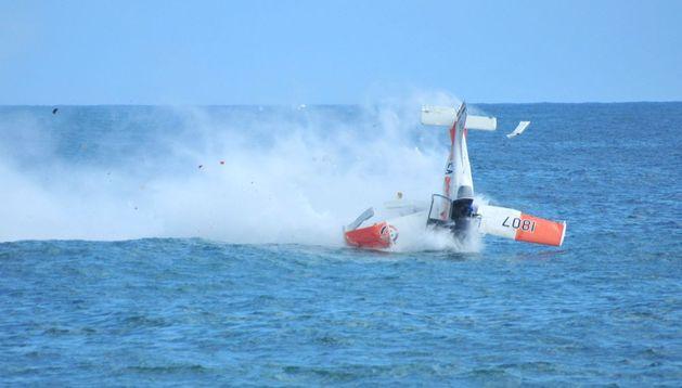 Momento en el que un avión de la Fuerza Aérea Dominicana cae en las aguas del mar Caribe
