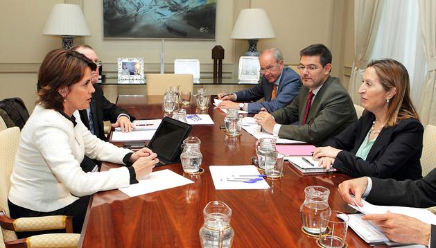 Yolanda Barcina (izda.) y la ministra Ana Pastor (dcha.) en un momento de la reunión
