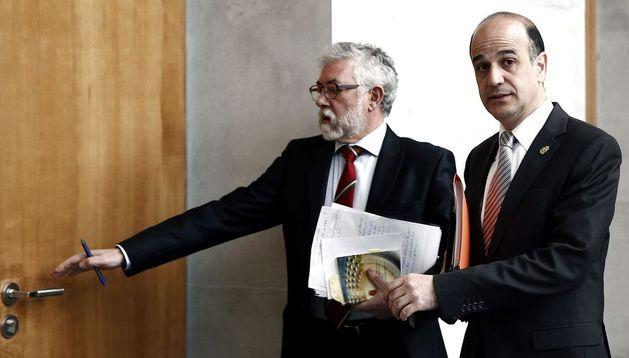 El presidente del Parlamento de Navarra, Alberto Catalán (d)