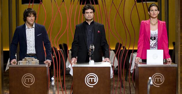 Imagen cedida por TVE de los cocineros jueces, Jordi Cruz (i) , Pepe Rodríguez y Samantha Vallejo-Nágera.