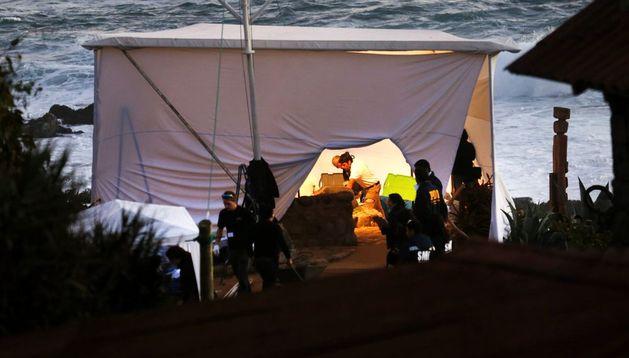 Un equipo de forenses trabaja en la exhumación de los restos de Pablo Neruda
