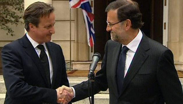 Imagen de TVE de la comparecencia de David Cameron (i) y Mariano Rajoy (d)