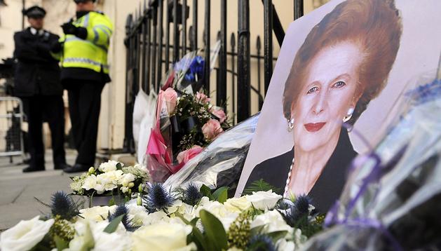 Varias personas depositan flores en la puerta de la casa de la ex primera ministra británica Margaret Thatcher en Londres, Reino Unido