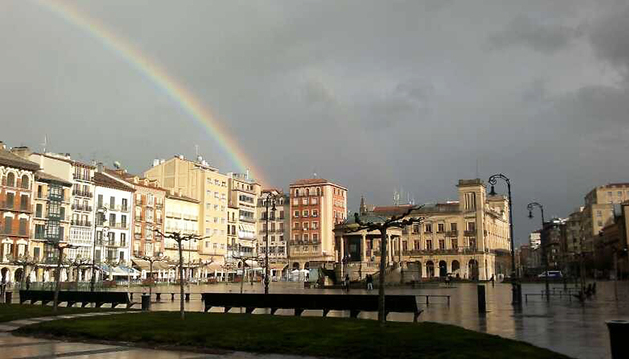 Imagen del arco iris en la Plaza del Castillo tras una tarde de lluvia