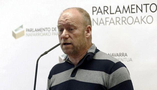 El parlamentario de Nafarroa Bai Txentxo Jiménez, durante la rueda de prensa de este lunes