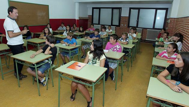 Alumnos de Secundaria del IES de Zizur Mayor atienden a su profesor durante una clase