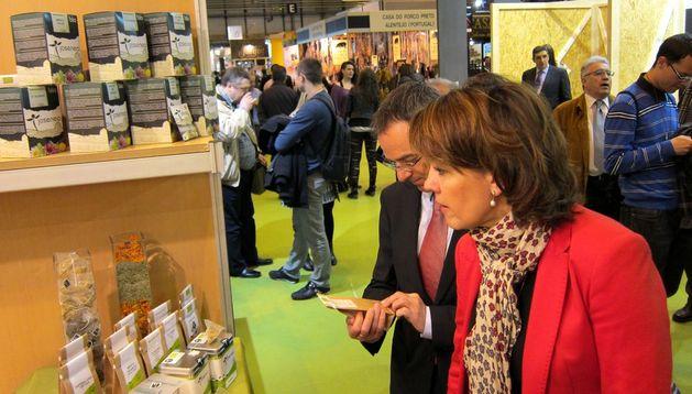 Yolanda Barcina ante uno de los expositores de productos navarros