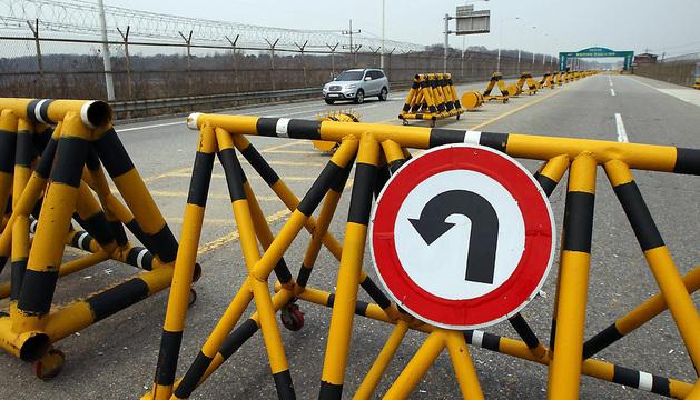 n vehículo con trabajadores del complejo industrial de Kaesong regresa al punto de control de la frontera.