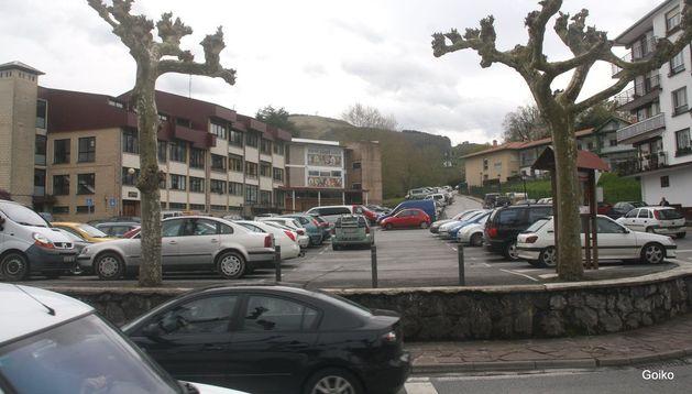 Aspecto parcial del aparcamiento situado junto al instituto Toki Ona, de Bera.