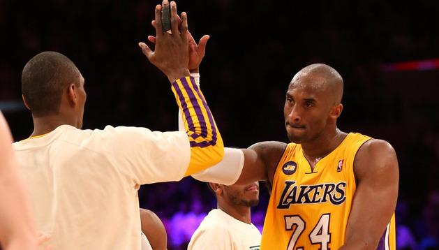 Kobe Bryant saluda a Metta World Peace durante el partido ante los Hornets
