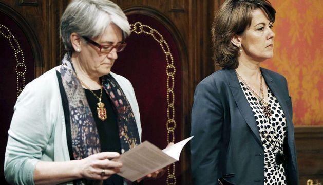 Yolanda Barcina y Lourdes Goicoechea, durante el acto de recepción al Ángel de Aralar