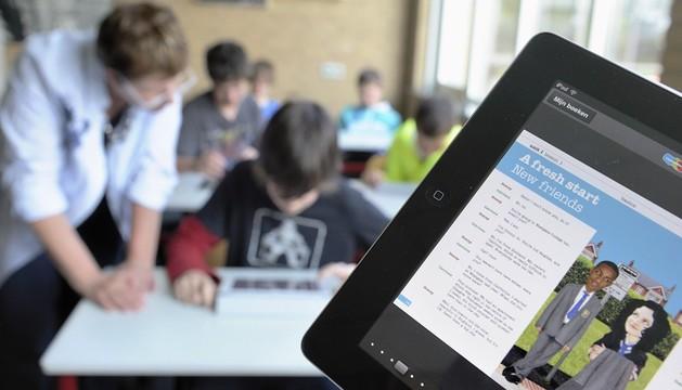 Estudiantes belgas usan ipads durante una clase de inglés en Emmen
