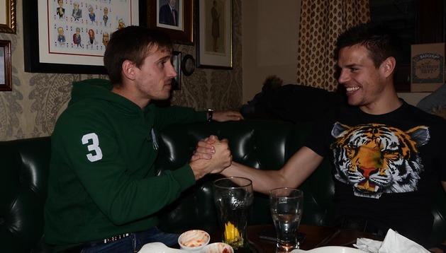 Nacho Monreal y César Azpilicueta bromean después de terminar la entrevista en una cafetería londinense