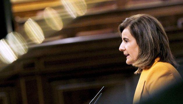 La ministra de Empleo, Fátima Báñez, durante su intervención en el pleno del Congreso