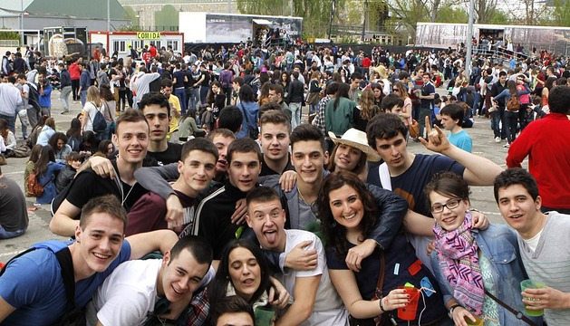 Ambiente en la fiesta de apertura paralela de la Universidad Pública de Navarra durante la Carpa de primavera celebrada en la Ciudad Deportiva Amaya.