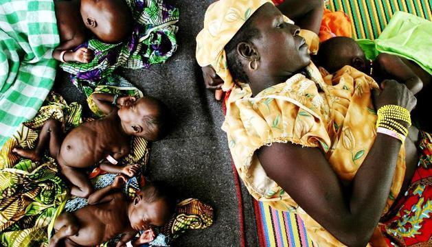 Niños desnutridos en una clínica de urgencias en Níger
