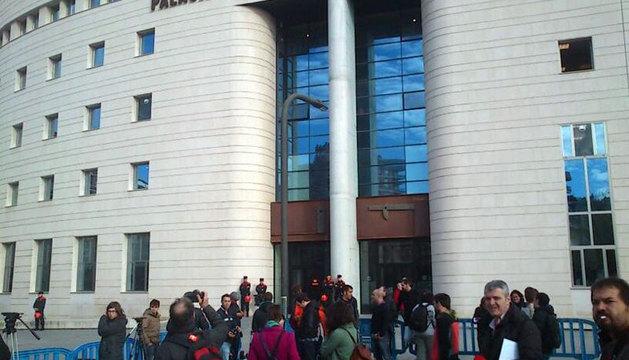 Expectación de los medios de comunicación en la llegada de Miguel Sanz a los tribunales.