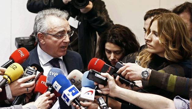 El expresidente de UPN y del Gobierno de Navarra, Miguel Sanz, quien presidió Caja Navarra entre 1996 y 2010, realiza declaraciones a los medios de comunicación tras declarar como imputado