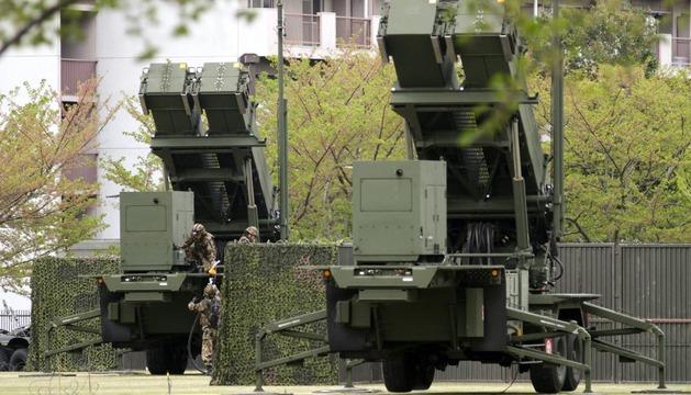 Soldados japoneses preparan misiles tierra-aire de largo alcance
