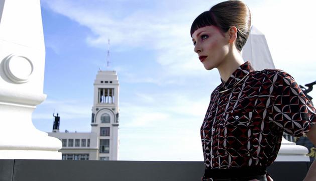 Una modelo luce un vestido diseñado con la filosofía sostenible