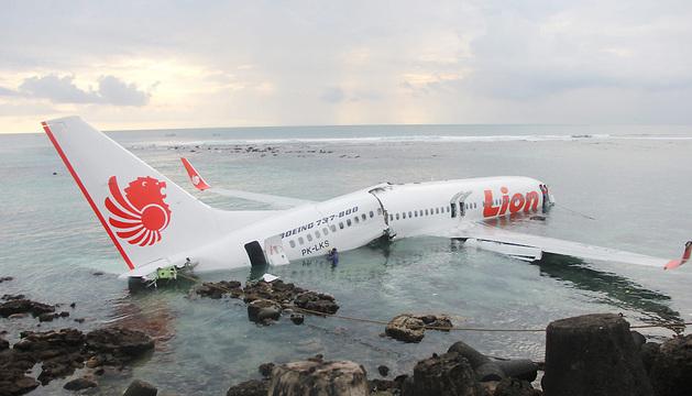 El avión, que debía aterrizar en el aeropuerto de Denpasar, sobrepasó la pista por causas que se desconocen.