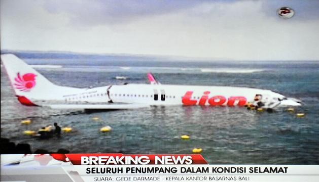 Las primeras imágenes del accidente muestran una fractura en el fuselaje.