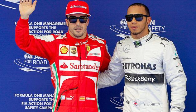 Fernando Alonso y  Lewis Hamilton posan para los fotógrafos.
