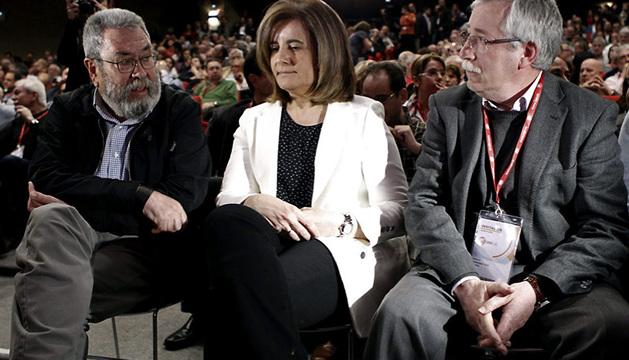 El recién reelegido general de UGT, Cándido Méndez (i), junto a la ministra de Empleo y Seguridad Social, Fátima Báñez, y el secretario general de CC OO, Ignacio Fernández Toxo.