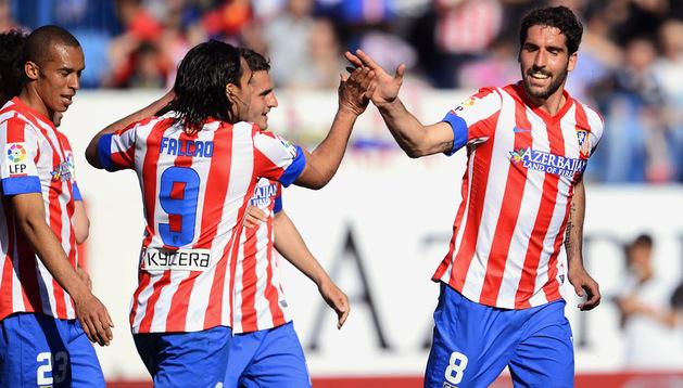 Raúl García recibe la felicitación de Falcao tras marcar el cuarto gol del Atlético