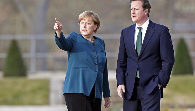 La canciller alemana, Angela Merkel (i), recibe al primer ministro británico, David Cameron, en la residencia de huéspedes del gobierno alemán en el palacio de Meseberg.