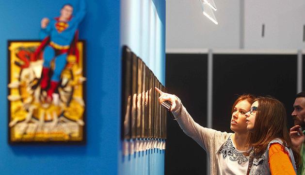 Unas visitantes observan la exposición antológica sobre Superman que celebra el 75 aniversario de su creación en el Salón Internacional del Cómic