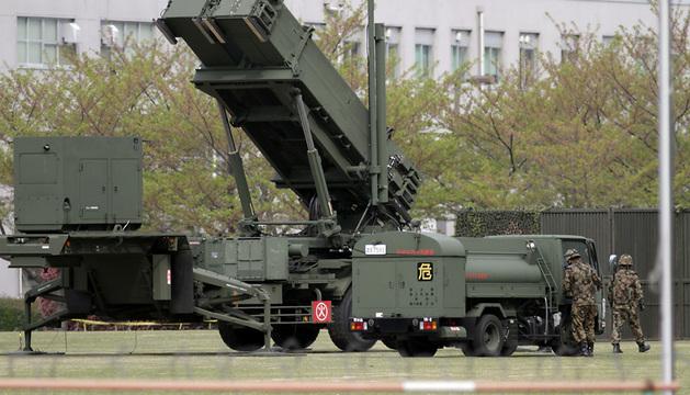 Soldados japoneses preparan un MIM-104 Patriot, un sistema de misiles tierra-aire de largo alcance.