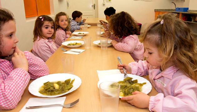 Niños del colegio público La Balsa de Arróniz, durante la hora de comer el pasado jueves.