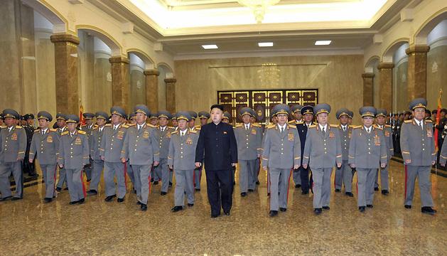 El líder de Corea del Norte, Kim Jong-un, durante su visita al Palacio del Sol, mausoleo de su abuelo y padre fallecidos.