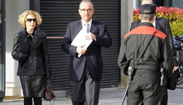 El alcalde de Pamplona, Enrique Maya, acompañado por su abogada, Chelo Sola, a su llegada esta mañana al Palacio de Justicia de Navarra