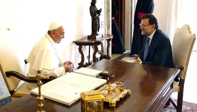 Rajoy y el Papa hablando en un momento de la reunión
