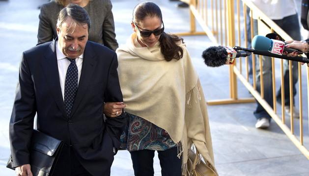 Isabel Pantoja llega a los Juzgados acompañada por su abogado.