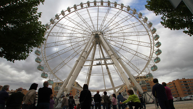 La gente observa las primeras vueltas de la noria gigante instalada en el año 2012 en el Parque del Runa