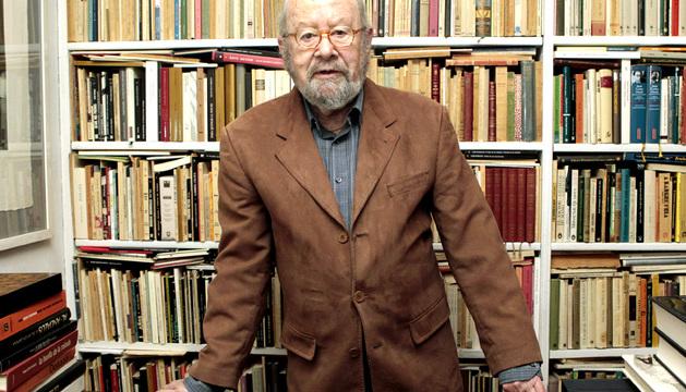 Caballero Bonald, en su biblioteca.