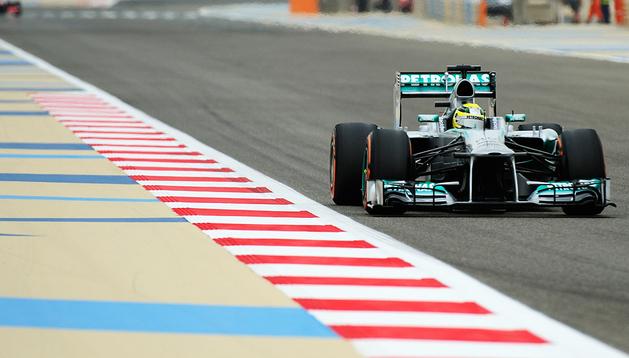 El piloto alemán de Mercedes, Nico Rosberg, durante los entrenamientos oficiales del Gran Premio de Bahréin