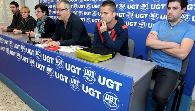 El secretario de MCA-UGT, Lorenzo Ríos, en el centro, junto a delegados de Sunsundegui.